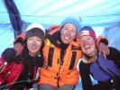 2.10.2007 ob 12.10 uri po kitajskem času sta se sestri Darija in Iris Bostjančić skupaj z Vedrano Simičević (vse tri iz Rijeke, HR) kot članice prve hrvaške ženske alpinistične odprave povzpele na šesti vrh sveta Cho Oyu (8201 m). ARS buff nosi Vedrana Simičević (desno)
